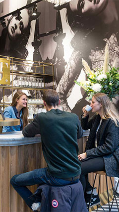 Kaffeebar im SuperTrash Store in Amsterdam, beleuchtet von Philips Lighting